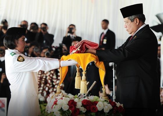 menyerahkan duplikat Bendera Pusaka kepada Adelena Tesalonika R dari SMA 4 Kendari, Sulawesi Tenggara