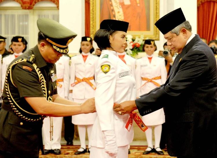 Presiden SBY kukuhkan 66 anggota Paskibraka di Istana Negara, Kamis (15/8) sore. (foto: abror/presidenri.go.id)