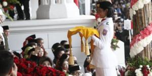 retno-ditunjuk-jadi-pembawa-baki-upacara-penurunan-bendera